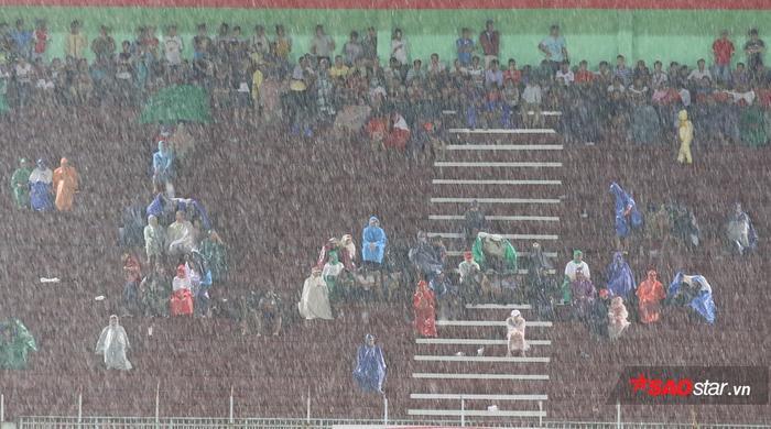 Khán giả ở V.League đội bất kể nắng mưa cổ vũ nhưng họ thường nhận lại là sự thất vọng. Ảnh: Văn Nhân