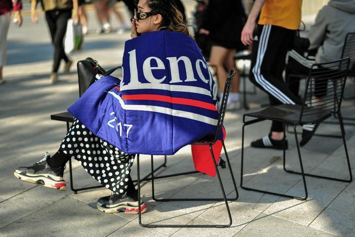Tín đồ thời trang trong ản cũng không thoát khỏi cơn sốt mang tên Balenciaga. Miếng vải in logo thương hiệu tạo điểm nhấn giúp cô chiếm trọn spotlight tại Seoul.