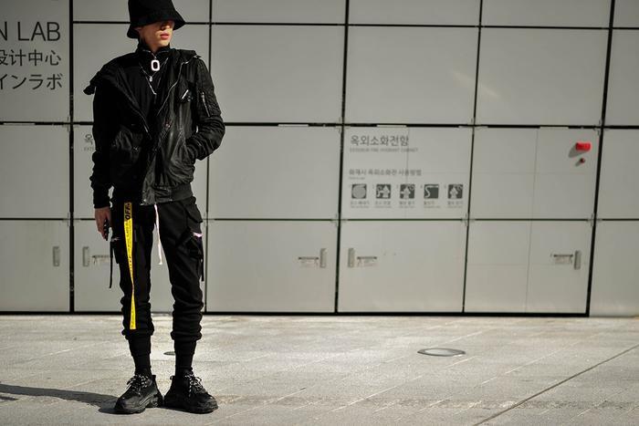 Một đôi sneaker Balenciaga Tripel S có thể giúp nổi bật set đồ gam đen. Hãy mang nét cá tính riêng của mình khi mix&match cùng những phụ kiện như mũ tai bèo, thắt lưng…