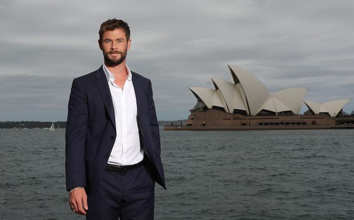 """Chris Hemsworth """"thả thính"""" Minh Tú."""