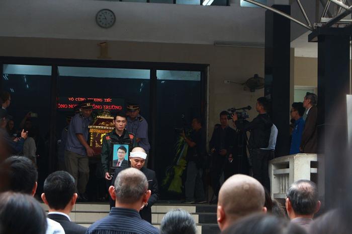Người thân và bạn bè đưa tiễn ông Nguyễn Hồng Trường.Linh cữu ông được đưa về hỏa táng tại Đài hóa thân hoàn vũ.
