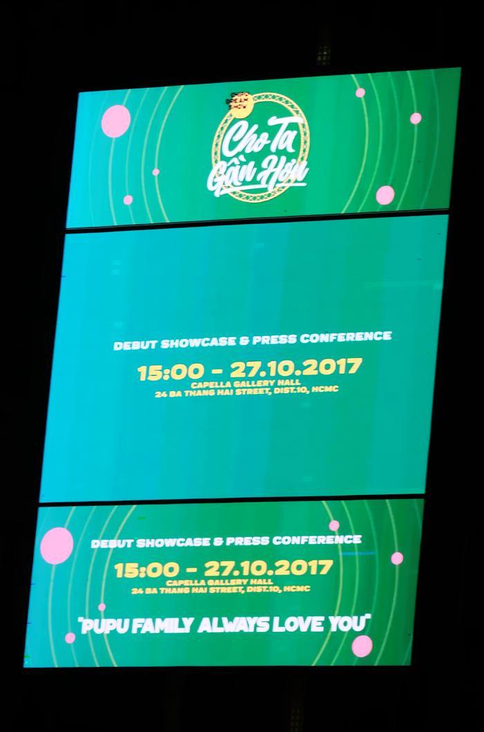 """Nội dung trên billboard nhằm quảng bá cho show diễn debut của Chi Pu trong 7 ngày, bắt đầu từ tối ngày 25/10, tọa lạc tại khu vực """"đắt đỏ"""": Vòng xoay Phù Đổng."""