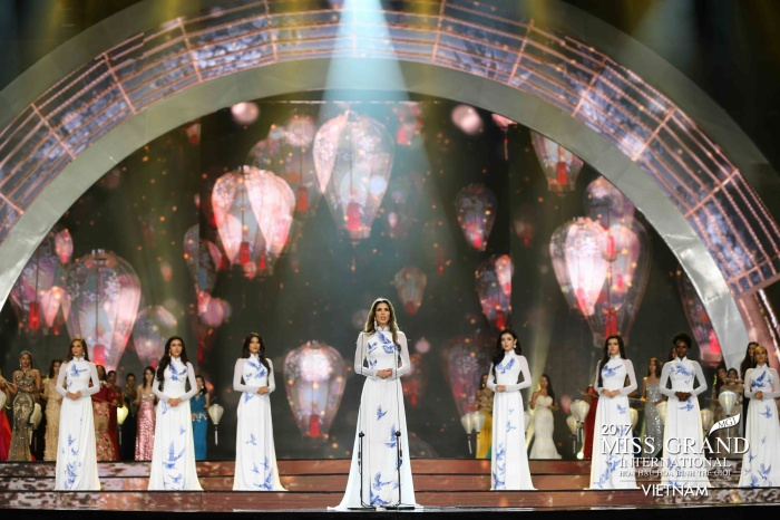 Top 10 thí sinh xuất sắc nhất Miss Grand 2017 trong trang phục truyền thống Việt Nam.