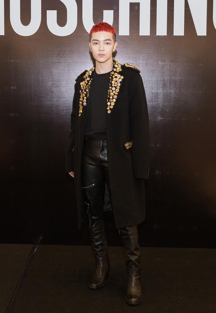 """Kelbin Lei xuất hiện ở sự kiện với trang phục """"cây đen"""" sang trọng và không kém phần ấn tượng. Áo măng-tô kết hạt ở cổ áo làm điểm nhấn cho cả set trang phục sắc trầm."""