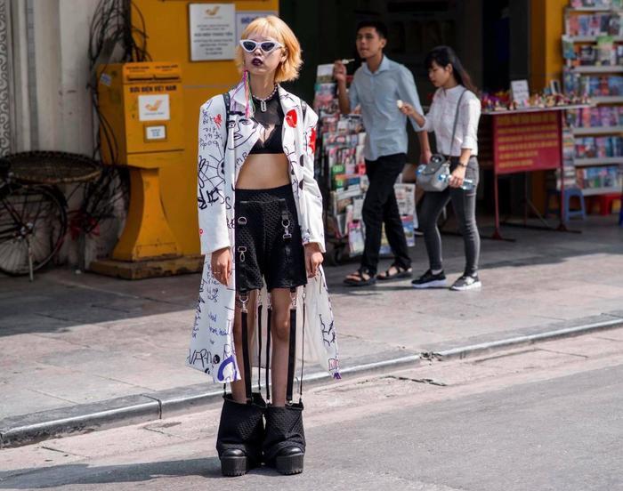 Quái, độc, lạ là những gì có trong set đồ của cô nàng này. Chiếc áo măng-tô hoạ tiết nghệch ngoạc, chiếc quần với thiết kế khác thường tưởng chừng như lạc quẻ nhưng lại là điểm nhấn đầy thú vị cho toàn bộ set đồ .