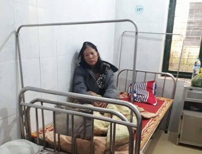 Nhóm thanh niên nắm đầu người phụ nữ 61 tuổi đập mạnh vào tường, rút dao doạ giết