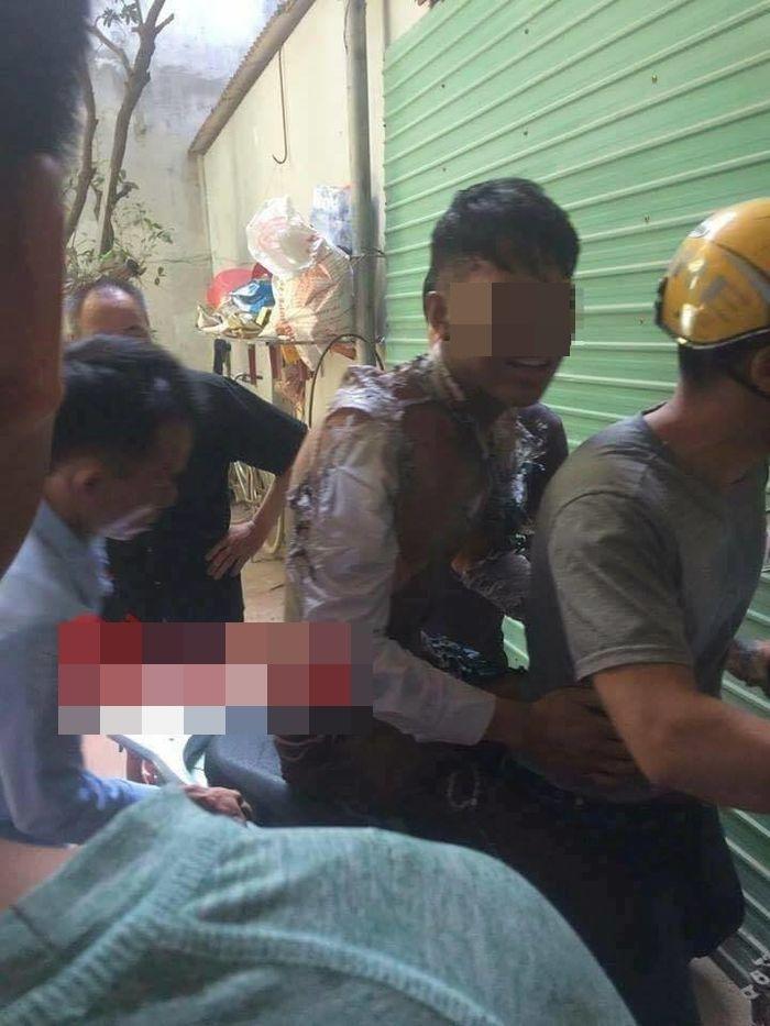 Hình ảnh nam thanh niên được đưa đi cấp cứu.
