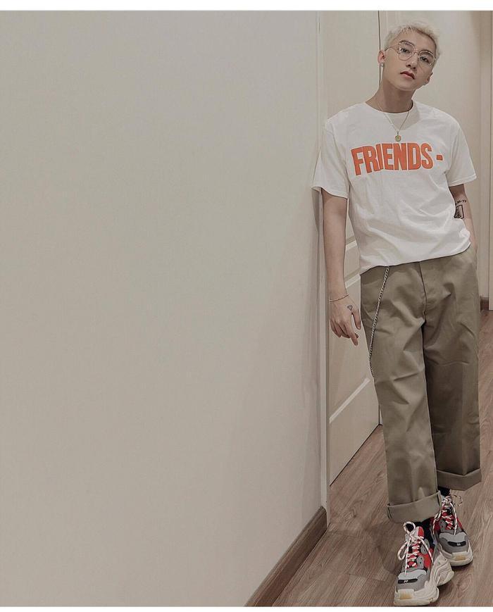 """Chiếc quần khuấy đảo làng mốt Việt với cái tên """"quần của bố"""" được Sơn Tùng M-TP lăng xê khi xuống phố tuần qua. Thiết kế chất liệu khaki được mix ăn ý cùng áo thun và giày sneaker Balenciaga Triple S khiến nó trở nên thú vị và độc đáo hơn bao giờ hết."""
