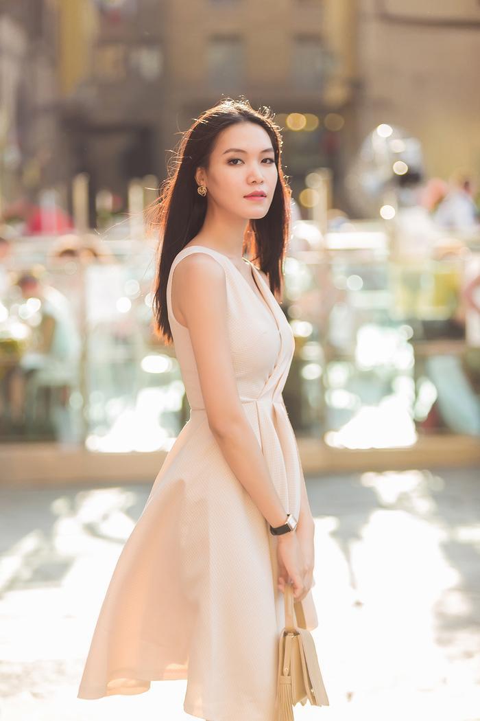 Hoa hậu Thùy Dung sinh năm 1990. Cô cao 1,78 m, cùng số đo 3 vòng: 86-62-92cm.
