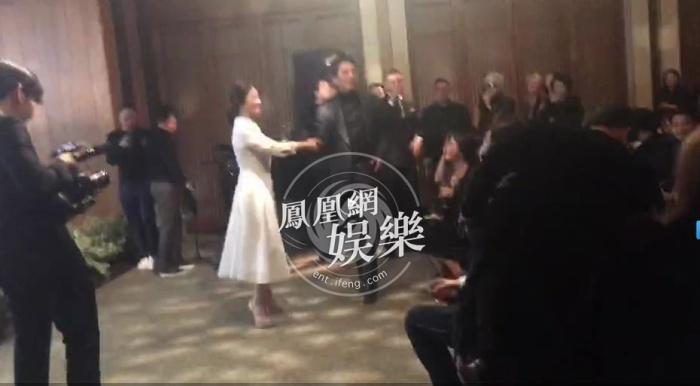 Trên một sân khấu nhỏ nhưng ấm cúng, họ cùng nhau nhảy múa.