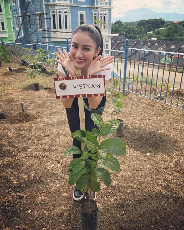 Hà Thu giản dị tham gia hoạt động trồng cây tại thành phố Batangas, Philippines.