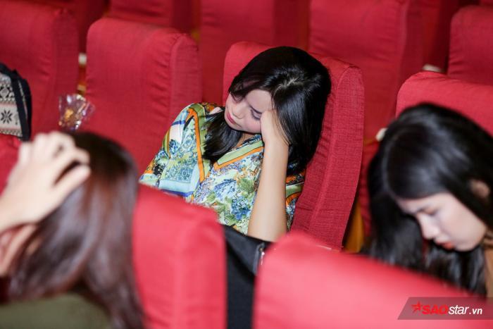 Tranh thủ giờ giải lao, các thí sinh nghỉ ngơi ngay ở sân khấu để tiện cho việc tập luyện.