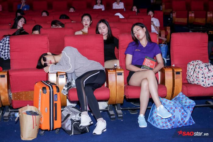 Các người đẹp đều tỏ ra mệt mỏi do lịch trình của cuộc thi khá dày đặc. Ai cũng tranh thủ chợp mắt để lấy lại sức cho buổi tập luyện ngay sau đó.