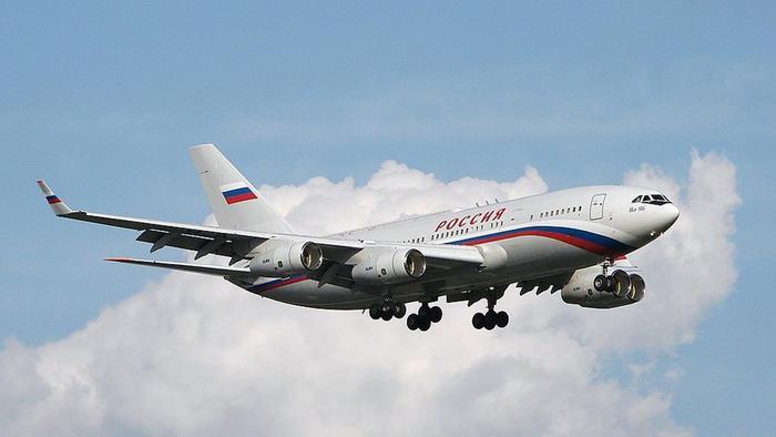 Theo Sputnik, Ilyushin Il-96-300PU là chuyên cơ của Tổng thống Nga Vladimir Putin. Máy bay được sửa đổi từ dòng phi cơ thương mại Il-96. Phiên bản nâng cấp mới nhất dành cho Tổng thống Putin được gọi là PUM1, số đăng ký RA-96021 và RA-96022. Ảnh: Wikipedia.