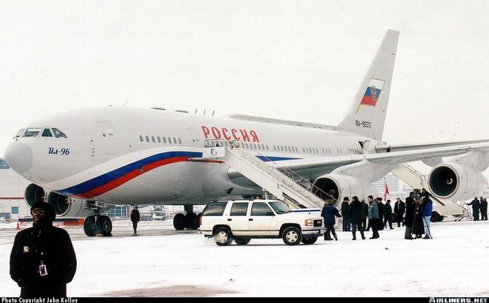 Il-96 của Tổng thống Putin được trang bị 4 động cơ phản lực, tốc độ tối đa 900 km/h, trần bay 12 km. Phạm vi hoạt động lên đến 15.000 km với tối đa nhiên liệu. Ảnh: Airliners.