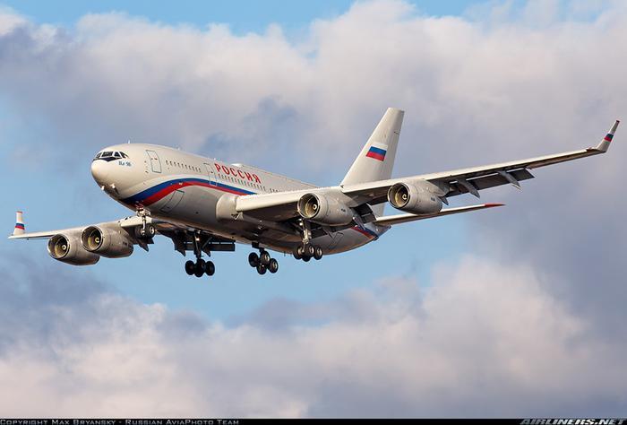 Tổng thống Putin sở hữu 2 chiếc Il-96-300PUM1 giống hệt nhau để đánh lừa khủng bố. Máy bay của Tổng thống Putin được điều hành bởi Hãng hàng không nhà nước Rossiya Airlines. Người ta không rõ Nga có sử dụng mã kiểm soát không lưu riêng dành cho máy bay chở tổng thống như Air Force One của Mỹ hay không. Ảnh: Airliners.