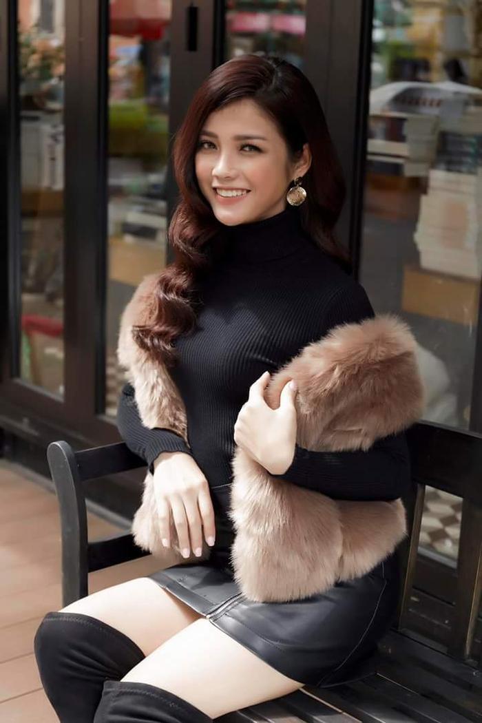 Tuy nhiên sau đó, mỹ nhân quê Tuyên Quang lại có sự thay đổi vượt bậc trong tư duy thẩm mỹ. Cô ưa chuộng những gam màu trầm, thể hiện cá tính người mặc. Đơn cử như outfit gồm chân váy da, layer cùng áo cổ lọ đen, khăn lông cùng boots cao cổ.