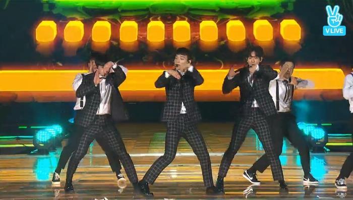 Cuối cùng thì các chàng trai xuất hiện rồi đây! Chiến binh nhà SM mang đến ca khúc Hey! Mama cực thời thượng.