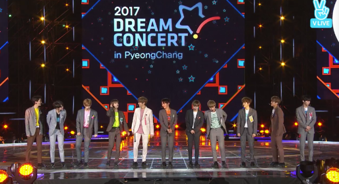 Kết thúc ca khúc đầu tiên Energetic, 11 anh chàng đi khắp 4 mặt sân khấu gửi lời chào khán giả và tiếp tục phần giao lưu.