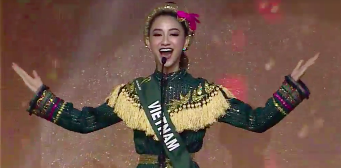 """Khoảnh khắc Hà Thu hô vang hai tiếng """"Việt Nam"""" đầy tự hào trên sân khấu chung kết Miss Earth 2017."""