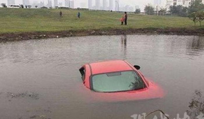 Chiếc xe gần như chìm xuống nước.