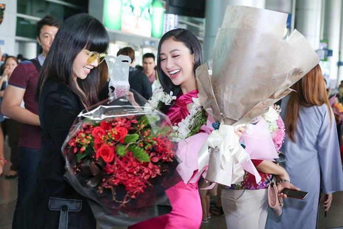 Hà Thu nhận được rất nhiều hoa từ những người bạn để chúc mừng cho những thành tích cô đạt được ở Hoa hậu Trái đất năm nay.