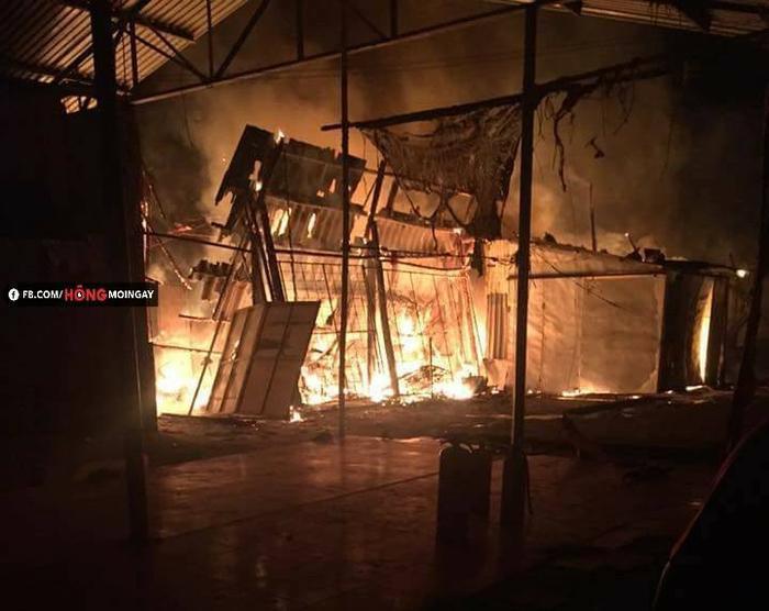 Ngọn lửa trong chợ bùng lên dữ dội. Ảnh facebook Hóng