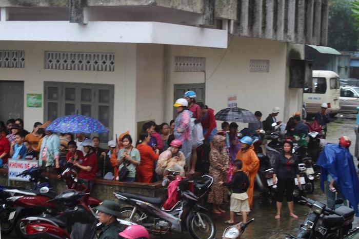 Nghe tin đồn thất thiệt, nhiều người dân sơ tán khỏi khu vực nguy hiểm.