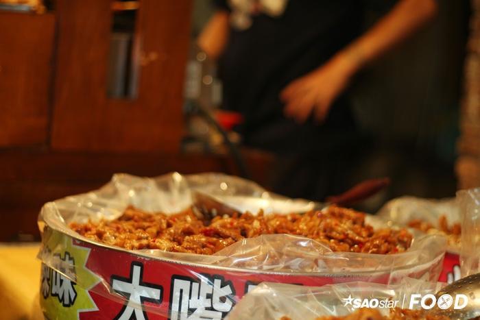 Chân gà kho cay là sự kết hợp trọn vị giữa vị sần sật đặc trưng của món ăn và vị cay nồng từ ớt, gia vị. Món ăn này chống chỉ định cho người không biết ăn ớt. Một phần chân gà kho cay có giá 40 Đài tệ (32.000 đồng).
