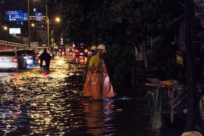 Các công nhân nhanh chóng có mặt và kiểm tra tình hình cống thoát nước tại khu vực.