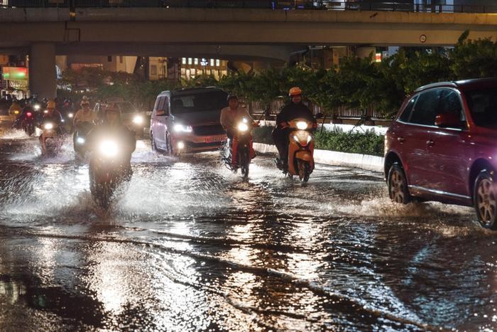 Tuy dòng nước thoát nhanh và ngập không sâu, nhưng giao thông qua khu vực ngập nước cũng khá khó khăn.