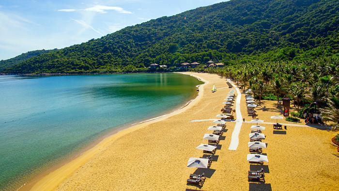Bãi biển tuyệt đẹp và riêng biệt, mang vẻ đẹp vừa hiện đại, vừa hoang sơ…