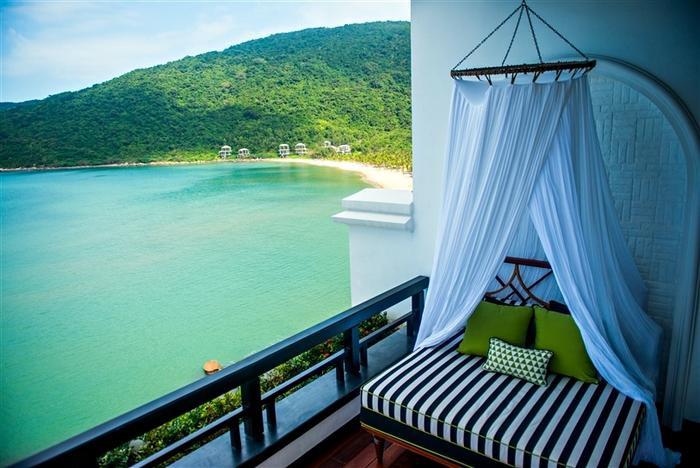 Tựa lưng vào những ngọn đồi của bán đảo Sơn Trà, khu nghỉ dưỡng với 200 phòng nghỉ sang hướng mặt ra đại dương, được bao bọc bởi khung cảnh thiên nhiên tuyệt mỹ.