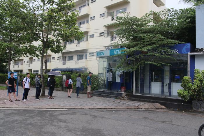 2 máy ATM của Ngân hàng Đông Á bị hư nên tất cả sinh viên chỉ trông chờ vào máy ATM của ngân hàng BIDV.