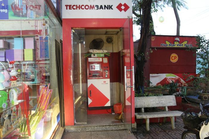 """Cây ATM của ngân hàng Techcombank thuộc Nhà sách Nguyễn Văn Cừ nằm trong khu đô thị ĐHQG là nơi rút tiền """"tạm"""" của nhiều bạn sinh viên."""
