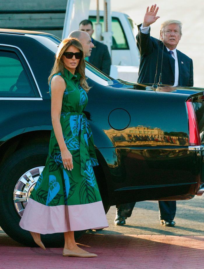 Chiếc váy họa tiết lá cây mát mẻ được bà mặc tại ngày đầu tiên của chuyến đi Châu Á, vào ngày 4/11 vừa qua ở Trân Châu Cảng, Hawaii. Đây là phiên bản đặc biệt của Borgo De Nor trị giá 1200 USD.