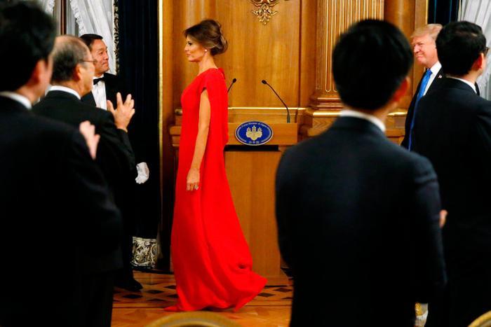 Nổi bật giữa đám đông trong buổi yến tiệc chiêu đãi tại phủ Akasaka vào tối 6/11, bà Trump diện bộ váy rộng màu đỏ của Valentino với giá vào khoảng 5500 USD.