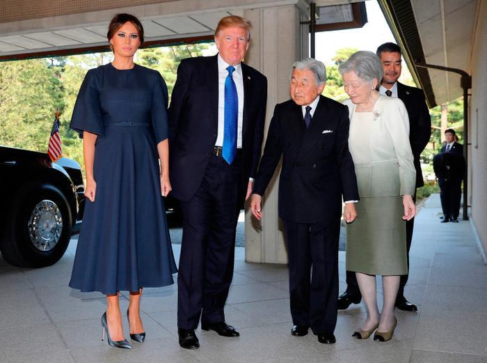Diện kiến Nhật Hoàng Akihito và Hoàng hậu Michiko, Đệ nhất phu nhân Mỹ mặc bộ váy tối màu giản dị với tay áo rộng của Dior giá 4000 USD, cùng đôi giày cao gót nhung màu bạc của Manolo Blahnik giá 650 USD.