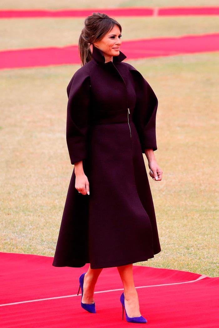 Khi đặt chân đến Seoul, Hàn Quốc, bà Melania lập tức gây ấn tượng với bộ váy của Delpozo được thiết kế riêng và đặt hàng độc quyền bởi Bergdorf Goodman với giá 4600 USD, cùng đôi giày cao gót màu xanh sáng Christian Louboutin giá 700 USD.