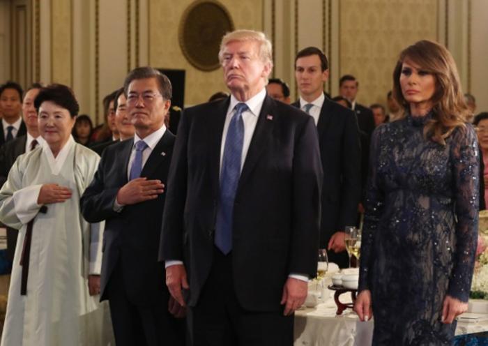 Tại bữa tiệc chiêu đãi cấp nhà nước với Tổng thống Moon Jae-In ở Nhà Xanh, bà đã mặc một chiếc váy ren ôm sát người được thiết kế bởi J. Mendel trị giá 9000 USD.