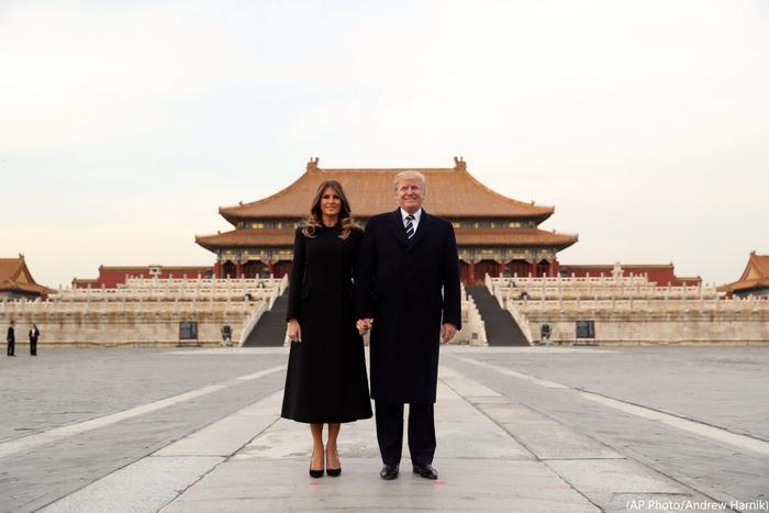Vợ chồng Tổng thống Donald Trump chụp ảnh trước Tử Cấm Thành, trên người bà Melania lúc này là chiếc áo choàng Dior tối màu cùng đôi giày cao gót mũi cao.