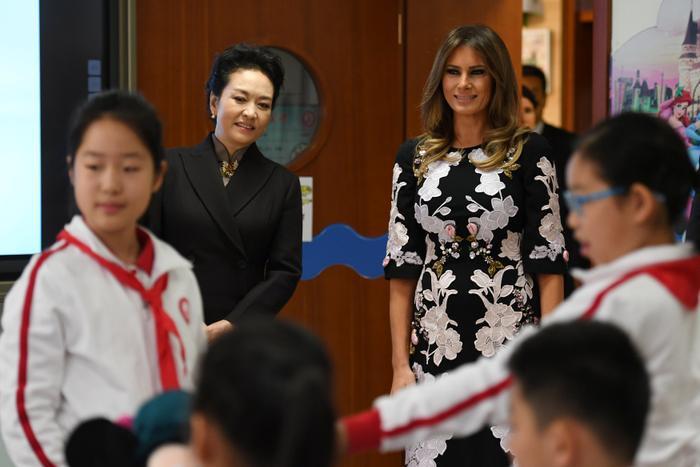 Trong khi hai ông chồng nguyên thủ quốc gia tham dự các buổi hội đàm cấp cao, thì hai quý bà đệ nhất phu nhân đến một trường tiểu học ở Bắc Kinh.
