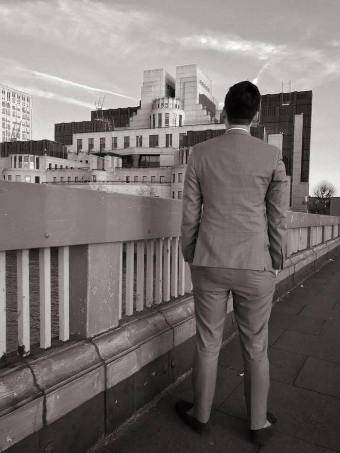Quá hâm mộ James Bond, thầy Tùng đã chụp bức ảnh này ở gần MI6 cục tình báo Anh.
