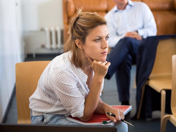 """Tiền bạc luôn khiến con người cảm thấy lo âu. Charlotte Beyer, nhà sáng lập Viện các nhà đầu tư tư nhân, nói: """"Những người giàu có thật sự nên học cách để biết đặt tiến đúng nơi, đúng lúc. Điều đó sẽ khiến họ không còn cảm thấy lo sợ nữa""""."""