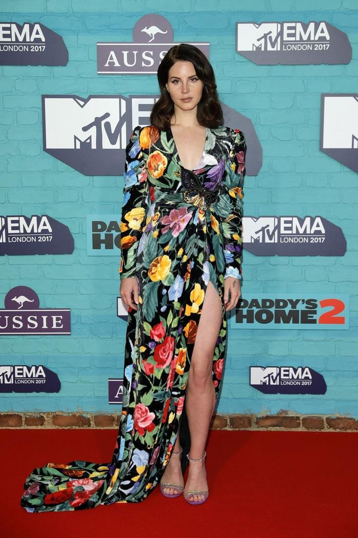 Lana Del Rey vẫn đẹp quyến rũ và ma mị như thường thấy trong chiếc đầm hoa xẻ cao ngút ngàn.