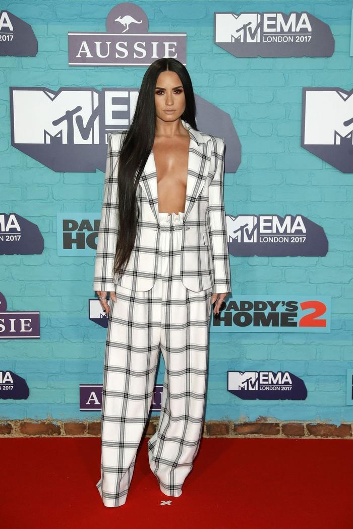 Demi Lovato đẹp quyền lực và táo bạo với mode thả rông mặc vest mới nhất.
