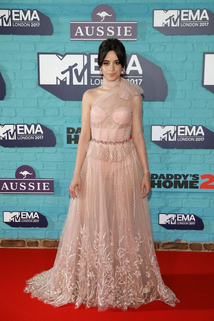 Trong khi đó, Camila Cabello lại diện đầm nude với phần cổ thắt nơ cầu kì khá hợp với vóc dáng của mình.