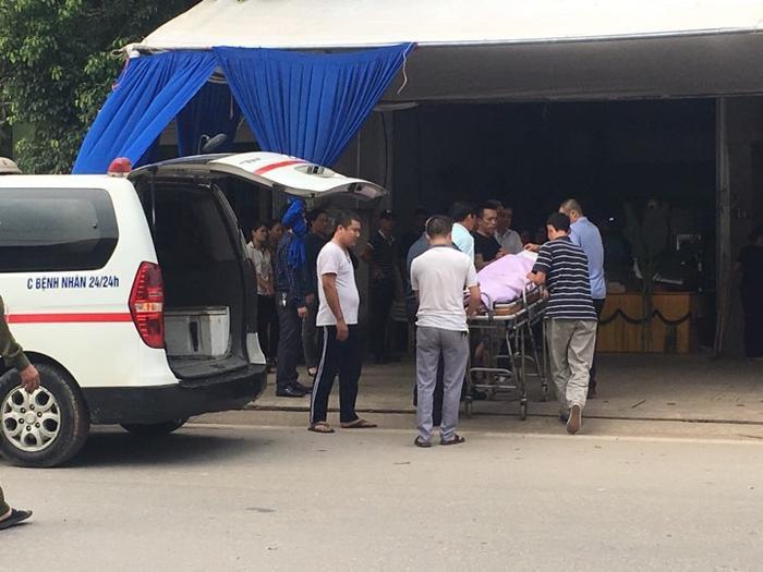 Gia đình đưa thi thể nạn nhân về lo hậu sự.
