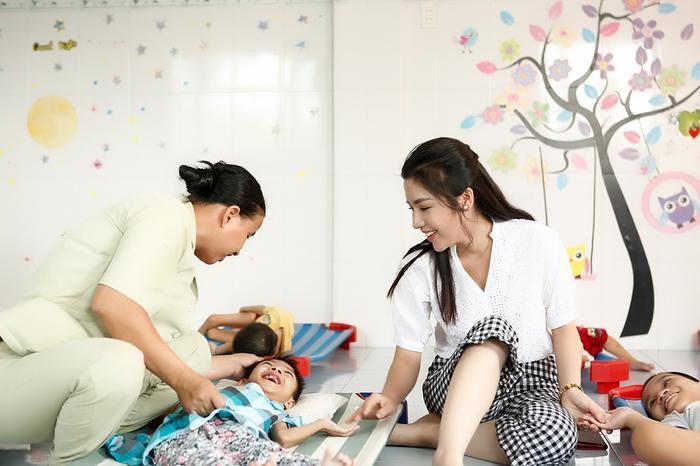 Á hậu Khánh Phương thân thiện, vui đùa cùng các bé.