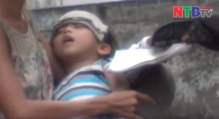 Đứa trẻ ngủ li bì trên tay người phụ nữ.